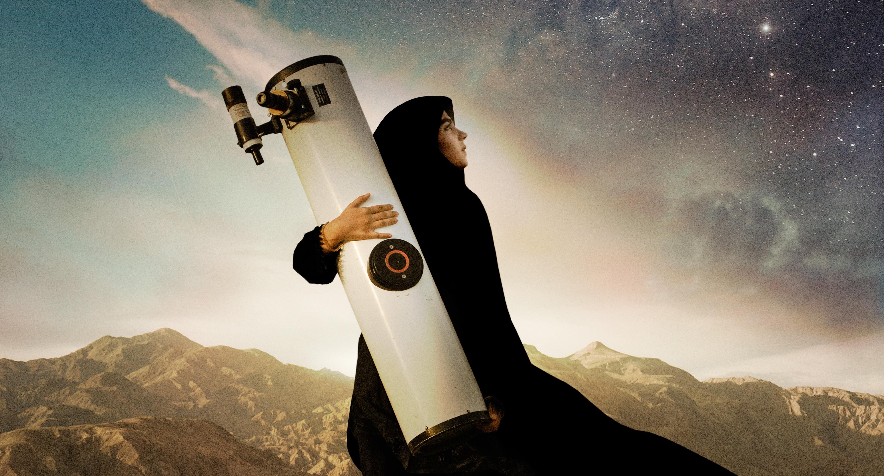 SEPIDEH_-Filmens-billlede_-lavkant_-Sepideh-med-teleskop_-Credit-Paul-Wilson
